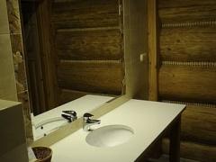Łazienka w pokoju na piętrze umywalka.jpg