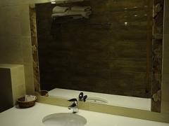Łazienka w pokoju na piętrze.jpg